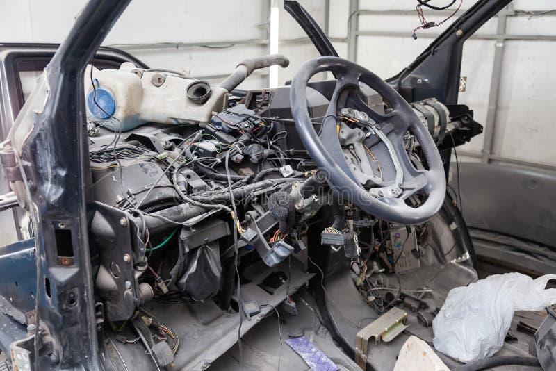 Interior do carro na parte de trás de uma camionete com um painel desmontado e vista no volante durante a preparação em um reparo fotos de stock