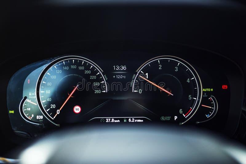 Interior do carro: Painel de instrumento de Digitas com exposição do conforto imagens de stock