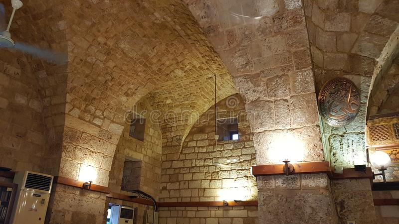 Interior do castelo do cruzado de Tripoli ou de citadela de Raymond de Saint-Gilles, Líbano fotografia de stock