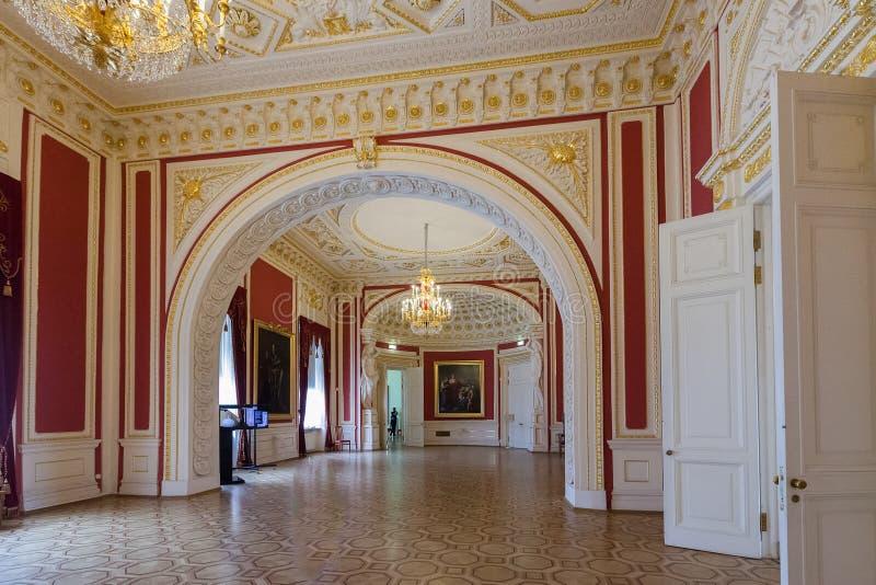 Interior do castelo do coordenador (castelo) de Mikhailovsky, St Peter imagens de stock