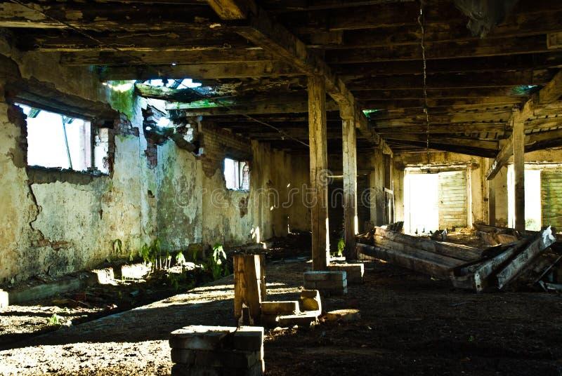 Interior do celeiro de vaca negligenciado fotos de stock