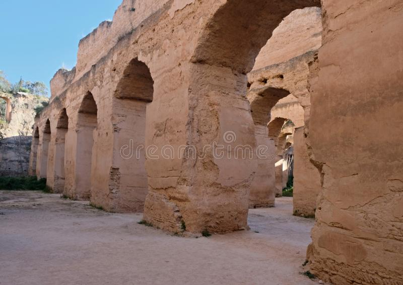 Interior do celeiro e do estábulo velhos do Heri es-Souani em Meknes, Marrocos imagens de stock royalty free
