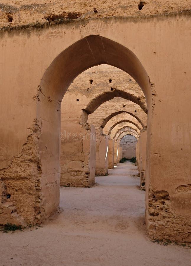 Interior do celeiro e do est?bulo velhos do Heri es-Souani em Meknes, Marrocos fotos de stock