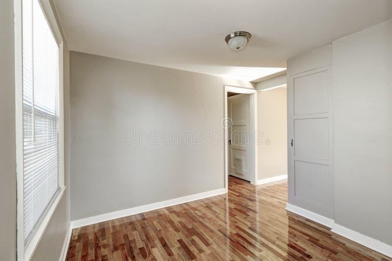 Interior do corredor e assoalho de folhosa bege vazios fotografia de stock royalty free