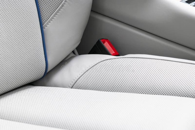 Interior do couro branco do carro moderno luxuoso Assentos confort?veis de couro brancos perfurados com a costura isolada no back fotografia de stock royalty free