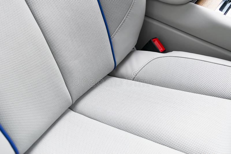 Interior do couro branco do carro moderno luxuoso Assentos confort?veis de couro brancos perfurados com a costura isolada no back fotos de stock royalty free