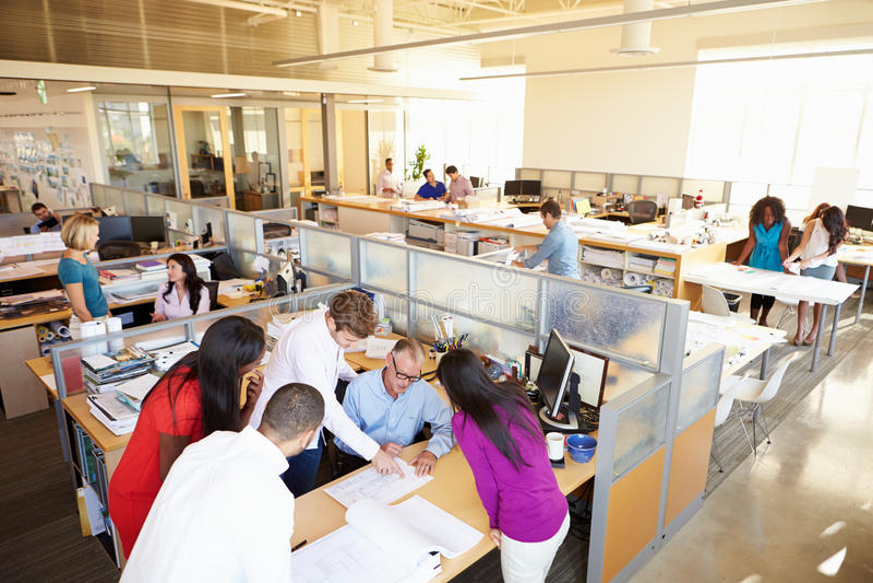 Interior do escritório de plano aberto moderno ocupado fotos de stock royalty free