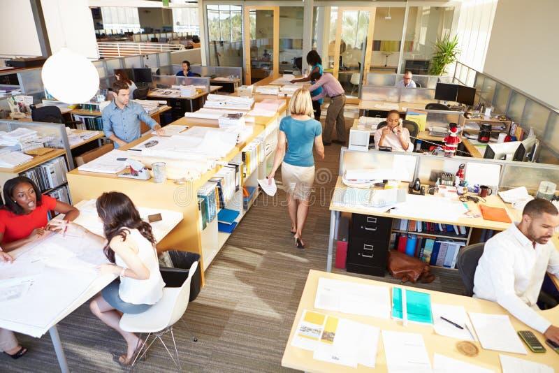 Interior do escritório de plano aberto moderno ocupado foto de stock