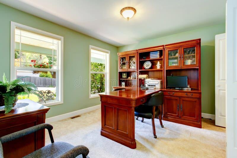 Interior do escritório domiciliário com paredes, mesa e armário do marfim fotografia de stock