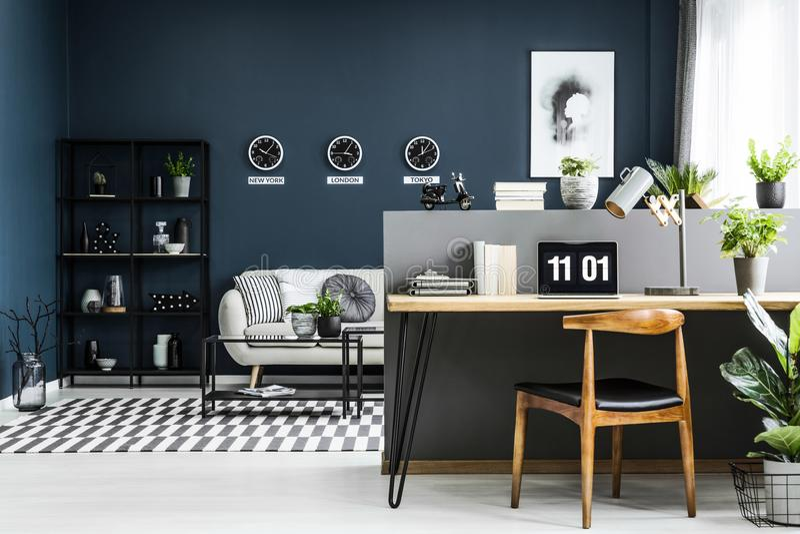 Interior do escritório domiciliário do espaço aberto com mesa, cadeira, plantas e modificação foto de stock royalty free