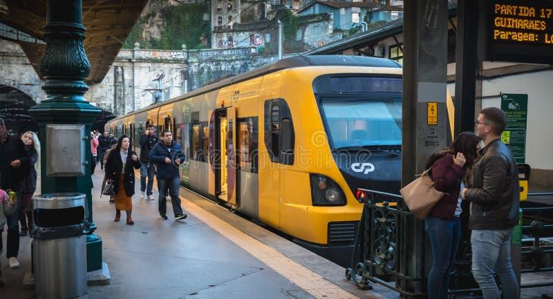 Interior do estação de caminhos de ferro de Porto aonde os povos andam na doca imagens de stock royalty free
