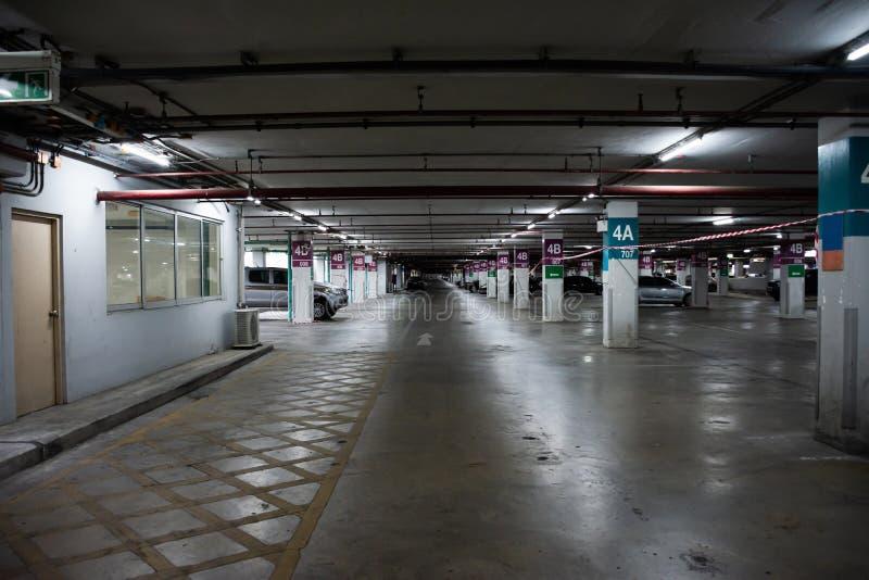 Interior do estacionamento com os carros em estacionamento sem pessoas foto de stock