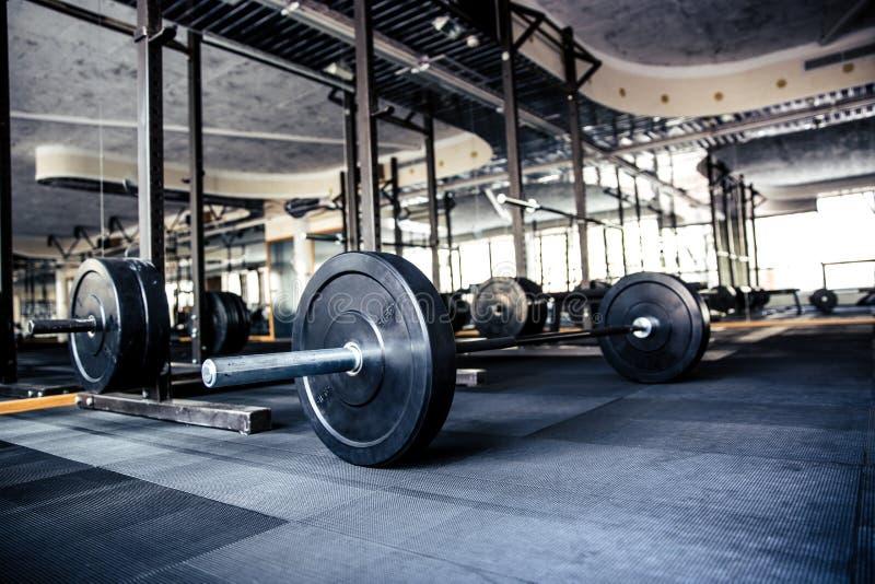 Interior do Gym com equipamento imagem de stock royalty free