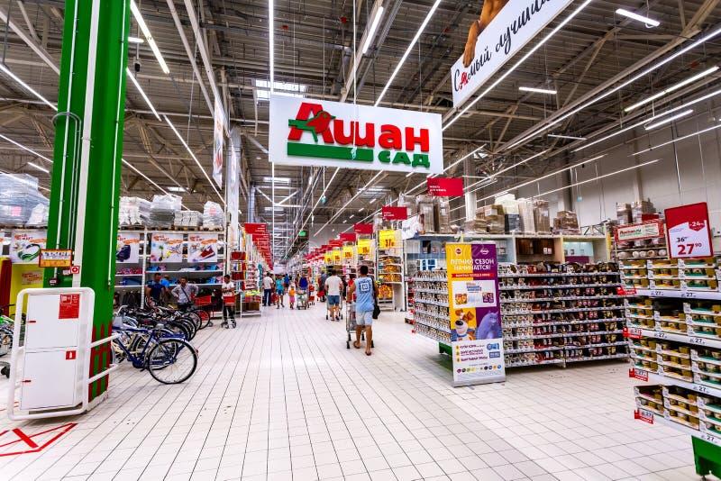 Interior do hipermercado Auchan imagem de stock