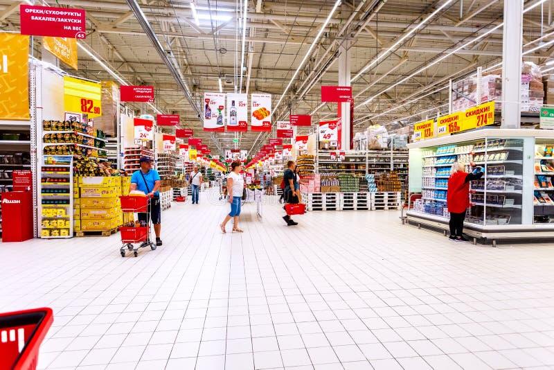 Interior do hipermercado Auchan fotografia de stock