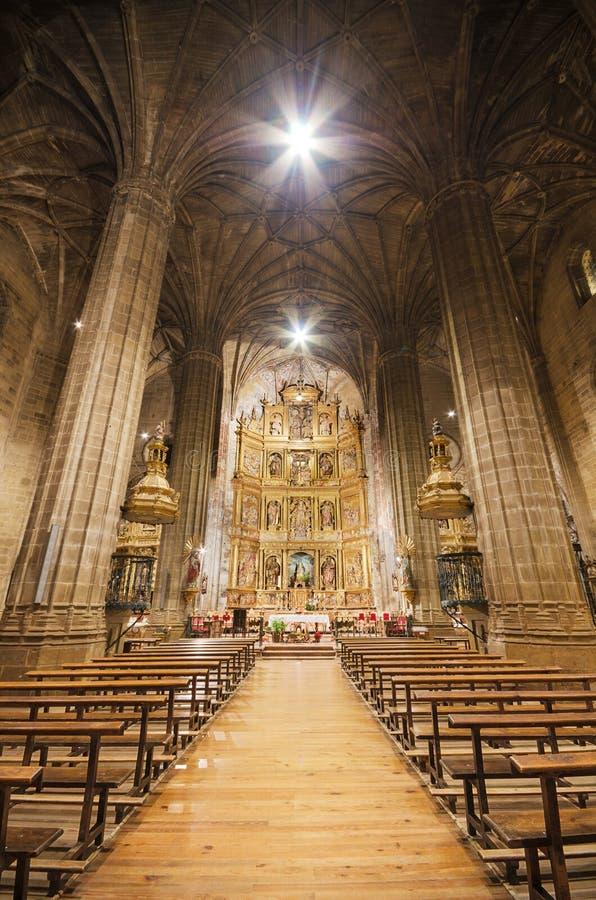 Interior do La catolic Asuncion da igreja, em Briones, La Rioja, Espanha o 4 de janeiro de 2014 foto de stock