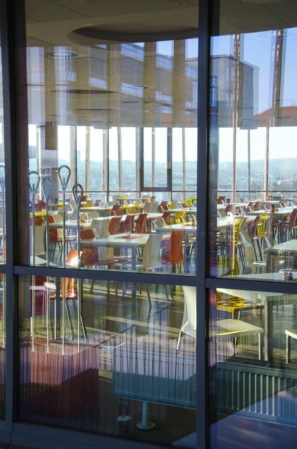 Interior do lanchonete moderno da empresa atrás da janela fotografia de stock royalty free