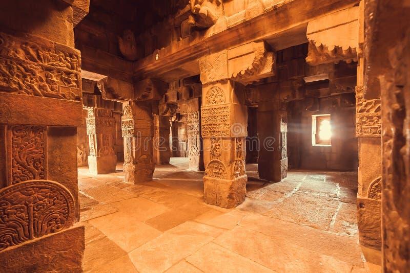 Interior do marco da arquitetura, templo hindu em Pattadakal, Índia Local do património mundial do Unesco foto de stock