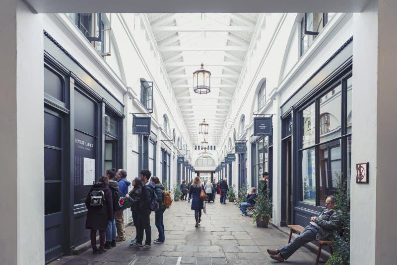 Interior do mercado do jardim de Covent na cidade de Westminster, a mais grande Londres fotografia de stock