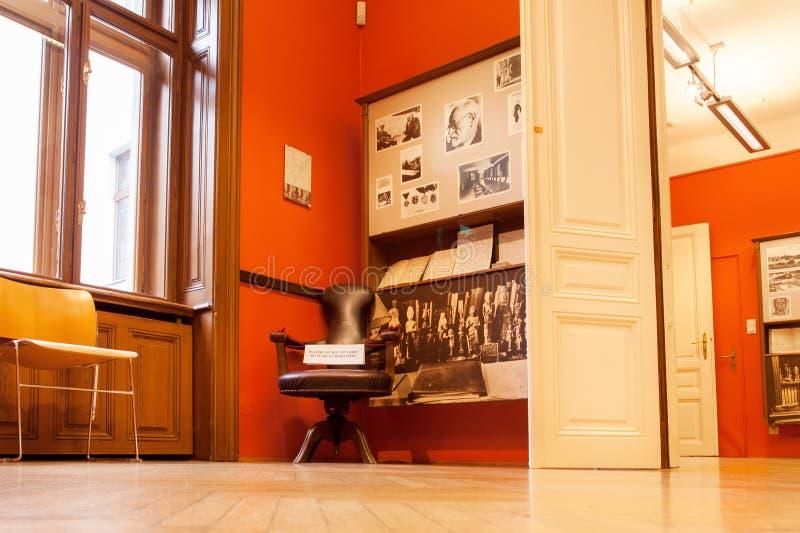 Interior do museu do fundador da psicanálise Sigmund Freud com escritório, onde o neurologista viveu por 47 anos fotografia de stock royalty free