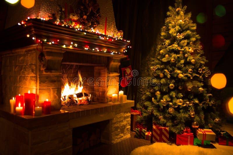 Interior do Natal com árvore, presentes e chaminé imagens de stock