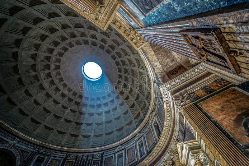 Interior do panteão de Roma com o raio de luz famoso imagens de stock royalty free