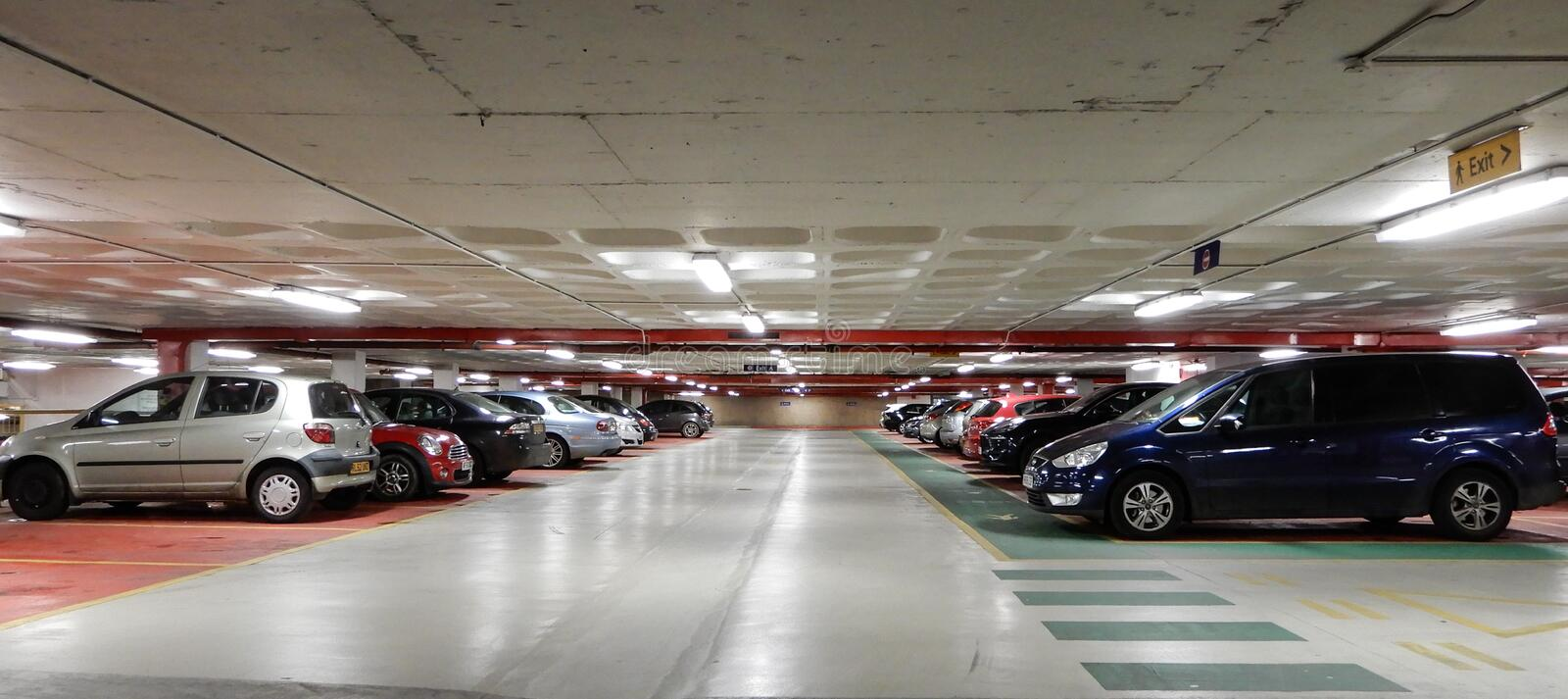 Interior do parque de estacionamento fotografia de stock