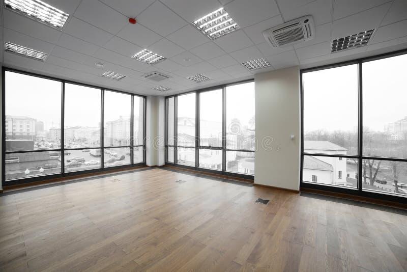 Interior do prédio de escritórios moderno fotografia de stock royalty free