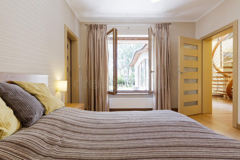 Interior do quarto com janela aberta imagem de stock