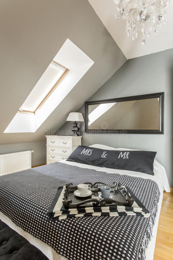 Interior do quarto com uma cama marital fotografia de stock royalty free