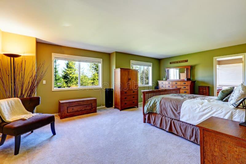 Interior do quarto principal na cor verde-clara imagem de stock