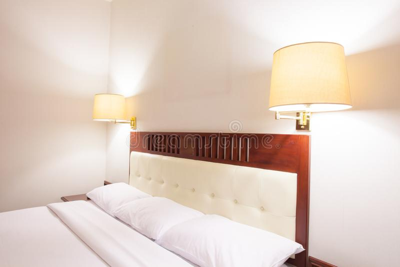 Interior do quarto superior com cama e o descanso brancos imagens de stock