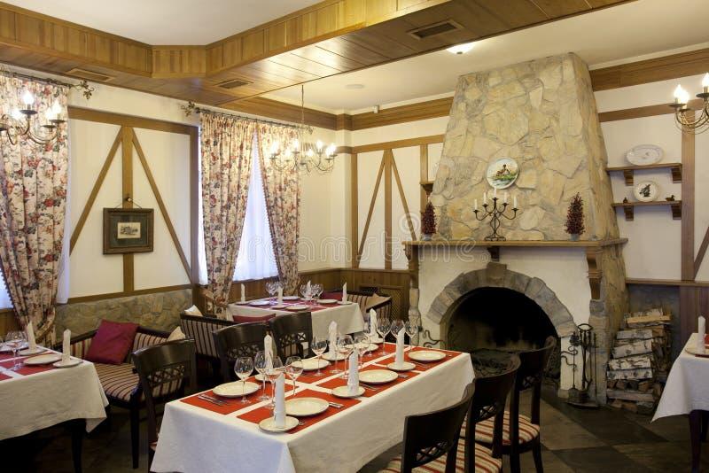Interior do restaurante com chaminé fotos de stock royalty free