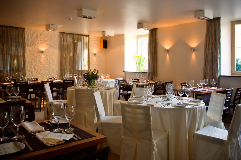 Interior do restaurante com tabelas seridas fotografia de stock royalty free