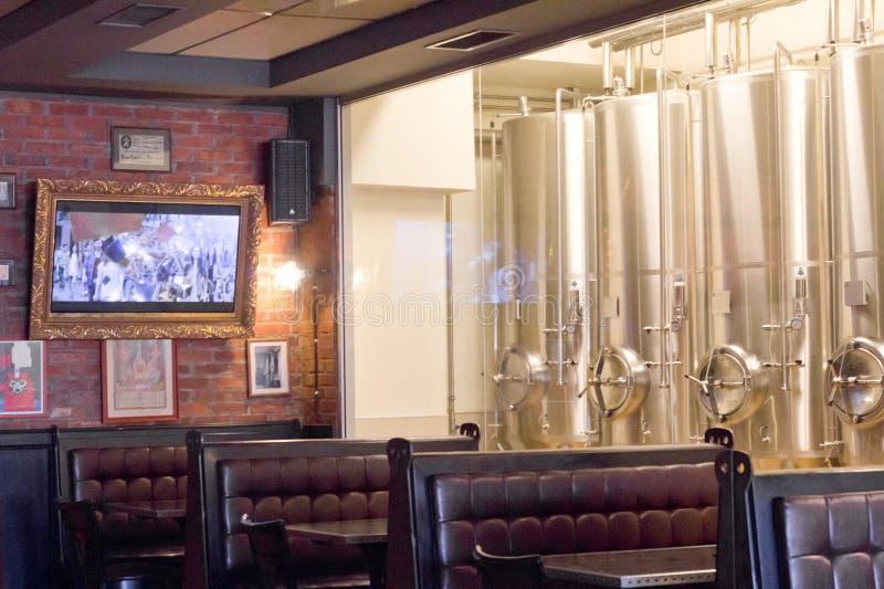 Interior do restaurante de Fabrica de bere Ursus, Cluj-Napoca fotografia de stock