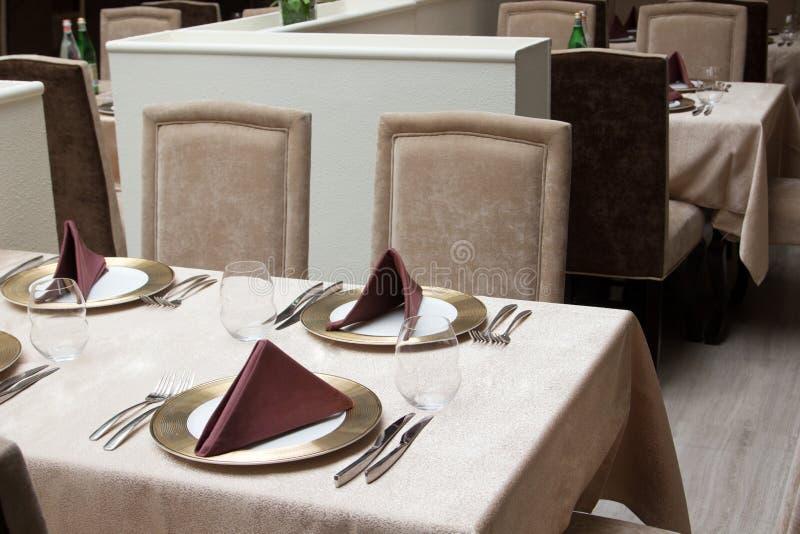 Interior do restaurante moderno com tabela servida imagens de stock royalty free