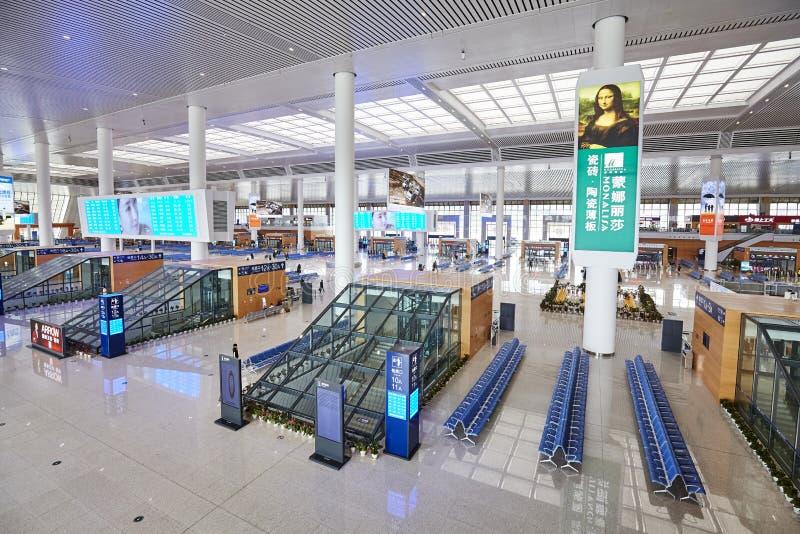 Interior do salão de estação de caminhos de ferro moderno do trilho de alta velocidade de Kunmingnan fotografia de stock