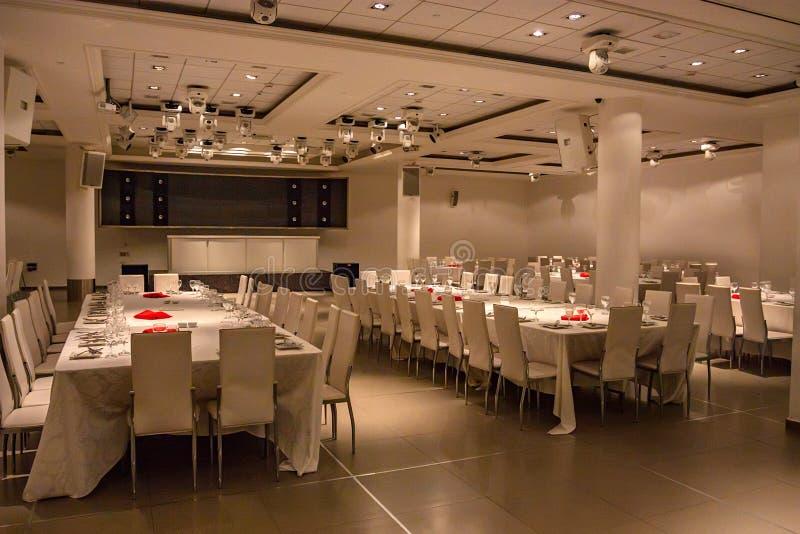 Interior do salão de jantar no restaurante moderno foto de stock