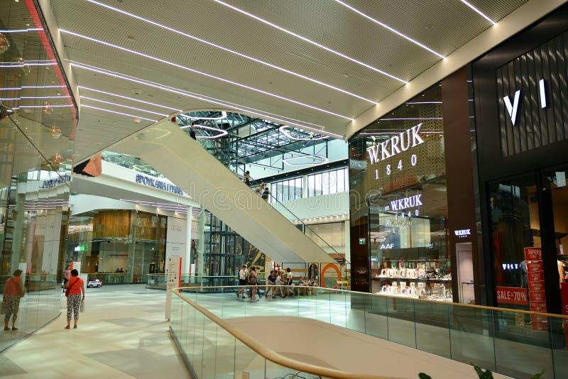 Interior do shopping moderno Galeria Mlociny imagem de stock