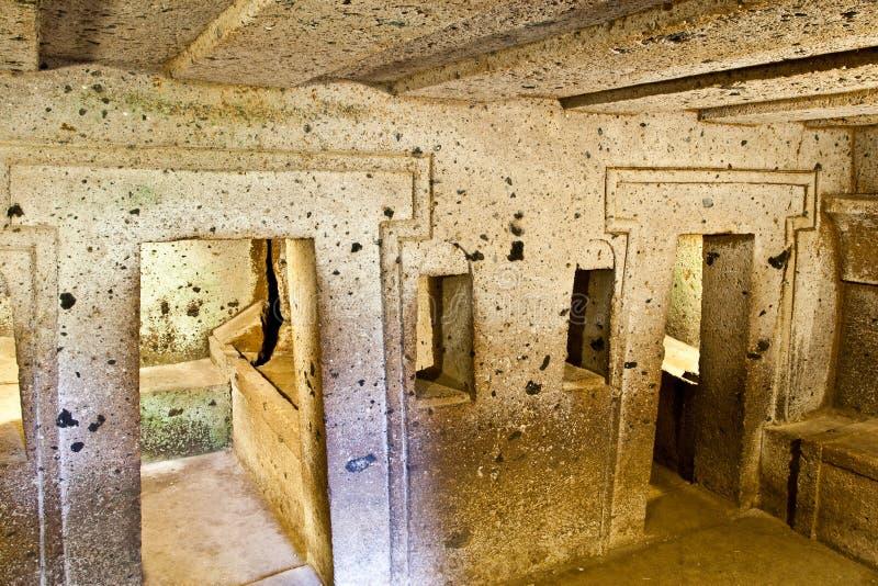 Interior do túmulo antigo (necrópolis de Etruscan) fotos de stock royalty free
