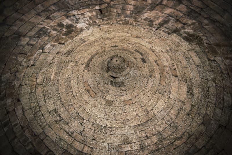 Interior do túmulo em ruínas antigas de Mycenae, Grécia tijolo imagem de stock