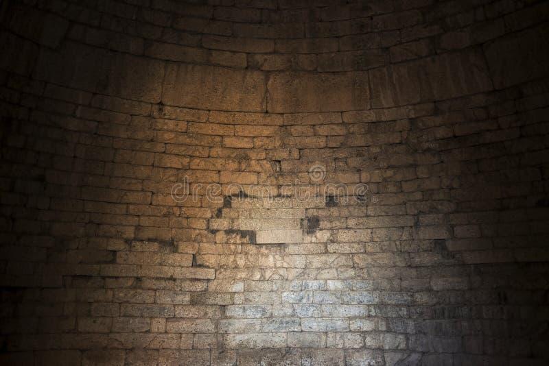 Interior do thomb em ruínas antigas de Mycenae, Grécia tijolo imagem de stock