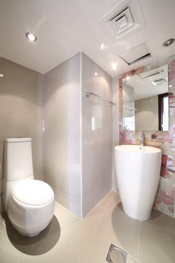 Interior do toalete moderno no estilo europeu fotos de stock royalty free