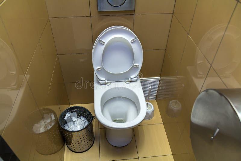 Interior do toalete simples do toalete, vista de cima de Assento cerâmico do lavabos cerâmico branco do toalete no fundo do espaç imagem de stock