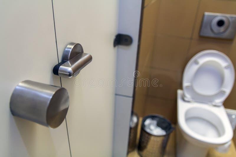 Interior do toalete simples do toalete, vista de cima de Assento cerâmico do lavabos cerâmico branco do toalete no fundo do espaç fotografia de stock