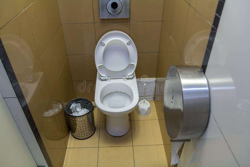 Interior do toalete simples do toalete, vista de cima de Assento cerâmico do lavabos cerâmico branco do toalete no fundo do espaç imagem de stock royalty free