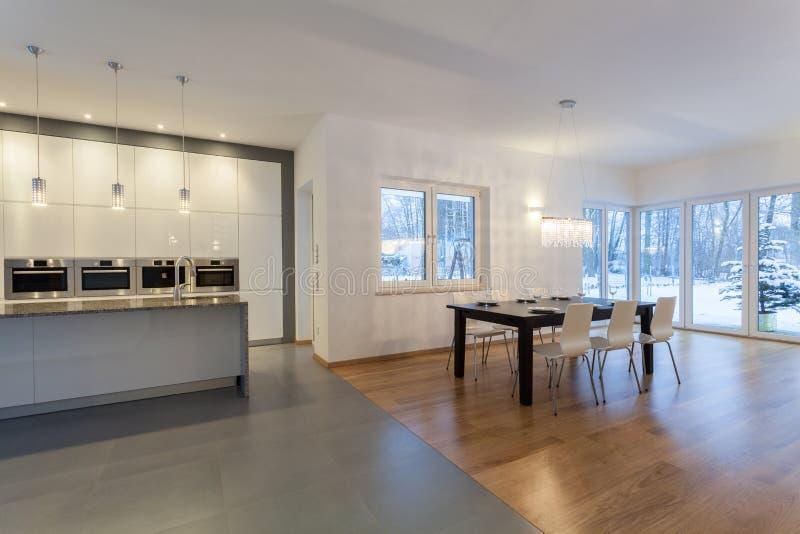 Interior dos desenhistas - cozinha e sala de jantar fotografia de stock royalty free
