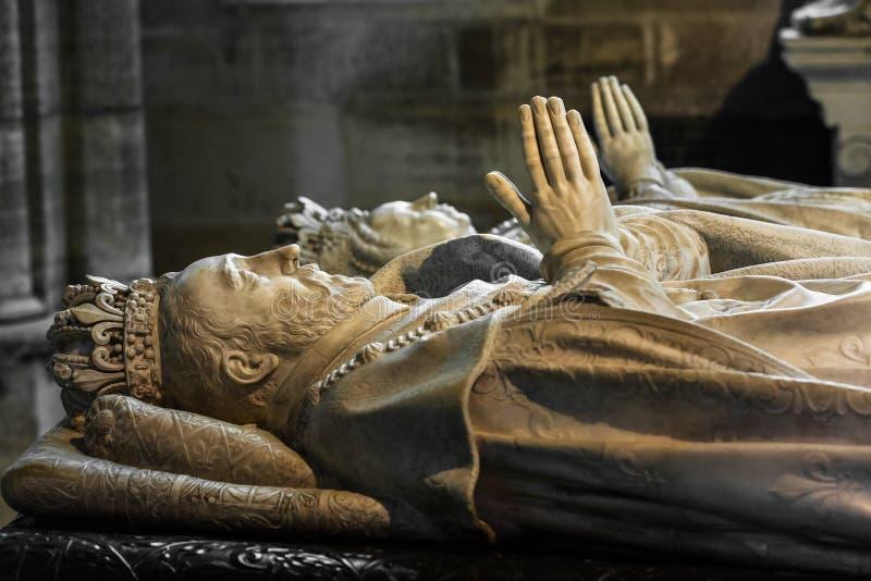 Interior e detalhes da basílica de St Denis Paris, Fran imagem de stock