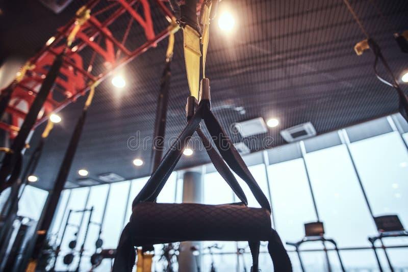 Interior e equipamento no gym moderno, opinião do close-up de correias da suspensão fotografia de stock royalty free