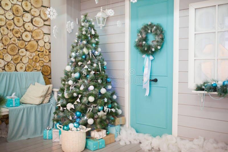 Interior elegante de la sala de estar con el árbol de navidad adornado imagenes de archivo